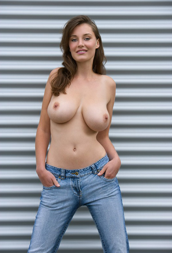 Баба показала громадные груди недалеко от роллета