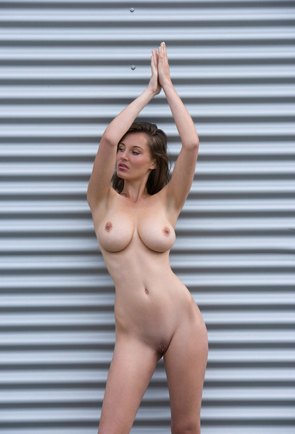 Дама оголила огромные сисяндры на фоне роллета