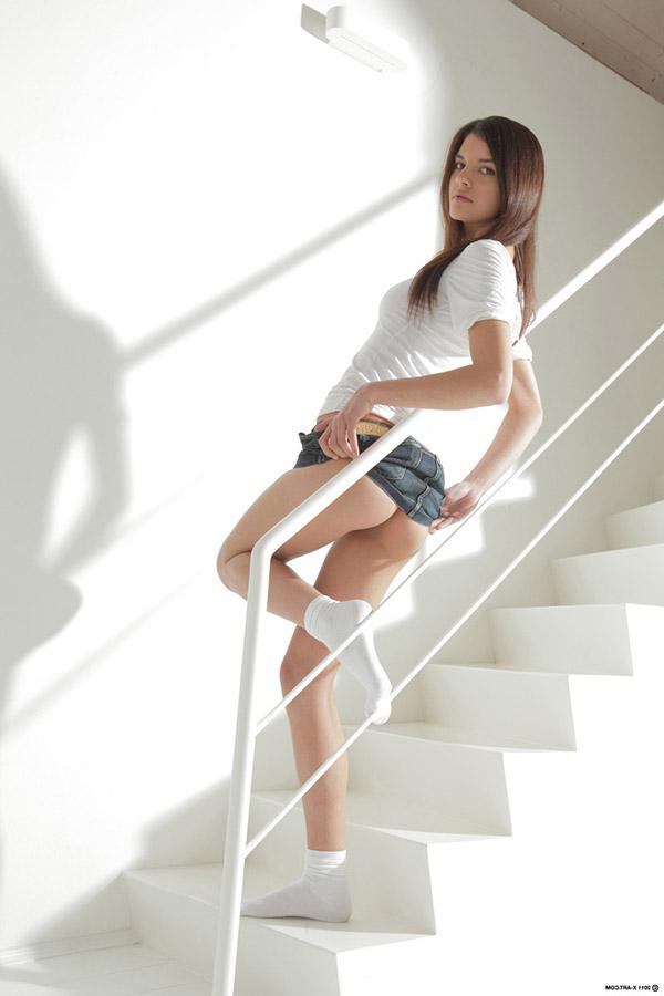 Страстная принцесса показывает писю на лестнице
