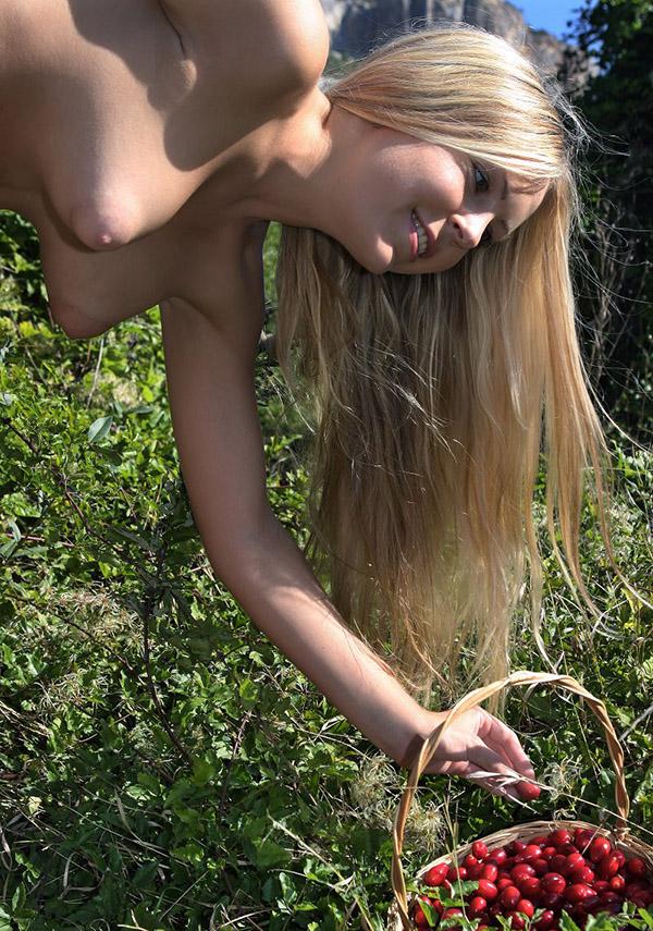 Сисястая фея собирает кизил в саду секс фото