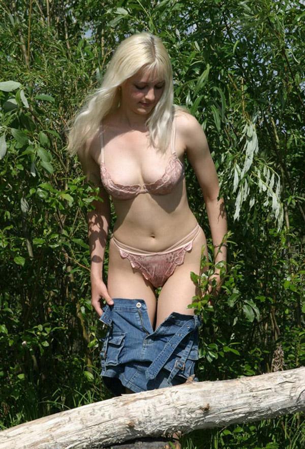 Жгучая блондинка снимает лифчик недалеко от кустов смотреть эротику