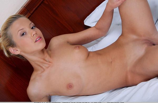 Юная сучка бесплатно демонстрирует пизду и жопу в постели