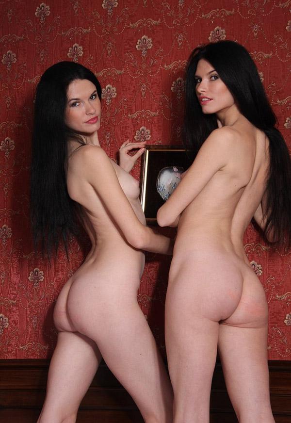 Голые близняшки лежат в одной кроватке смотреть эротику
