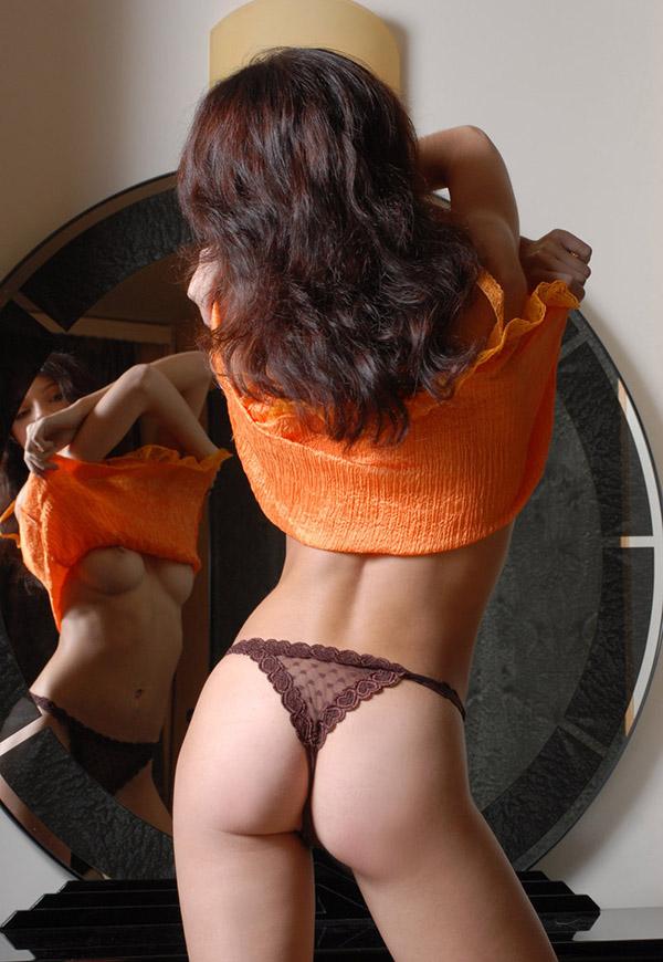 Тощая баловница показывает неприкрытые эрогенные зоны возле зеркала