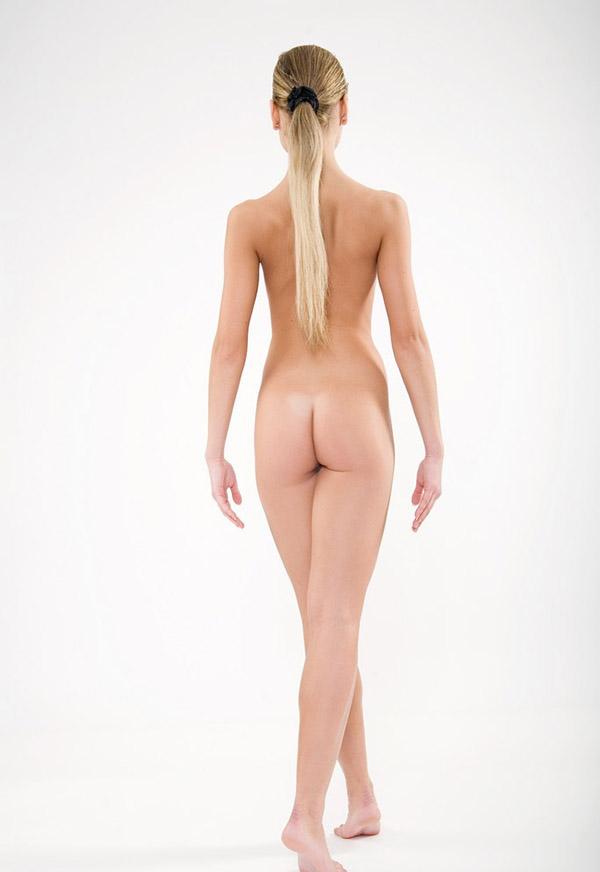 Восемнадцатилетняя красотка показывает пилотку в белой студии