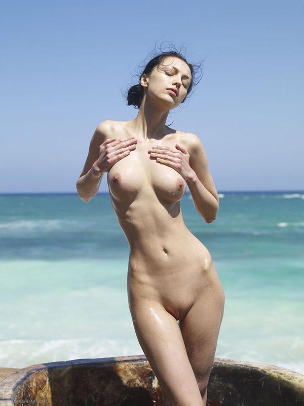 Худосочная шалава не против похвастать фигуру около Тихого океана