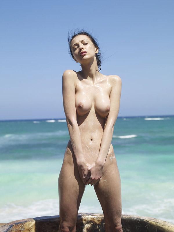 Худенькая нимфа не против демонстрировать фигуру на берегу Тихого океана