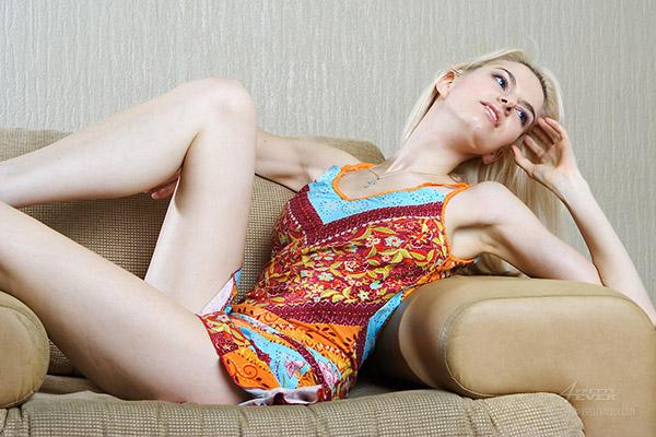 Леди сидя в кресле сняла цветной сарафан секс фото