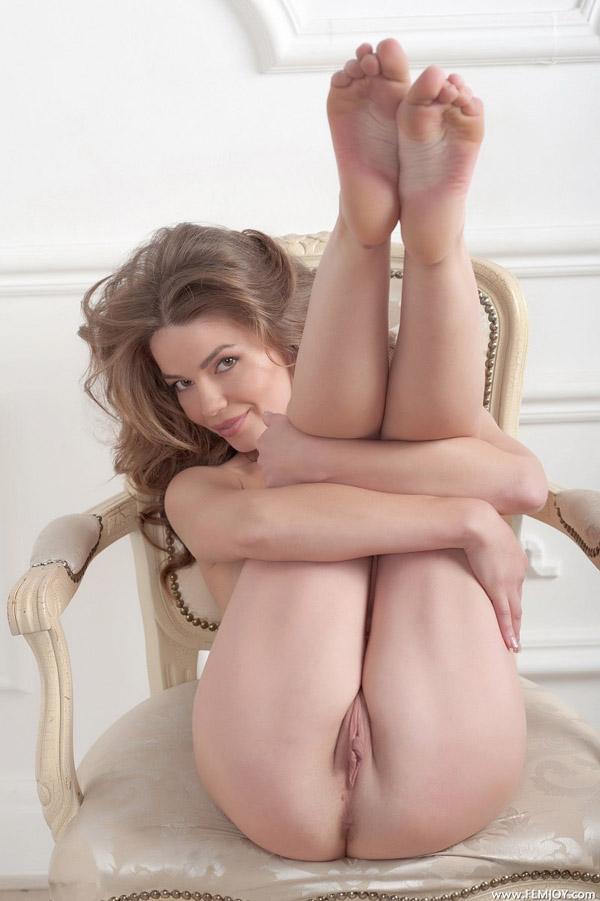 Сидя на стуле фифа не прячет милую вагину секс фото