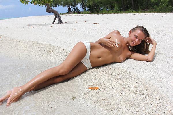 Стройная нимфа оказалась на необитаемом острове в одних трусиках