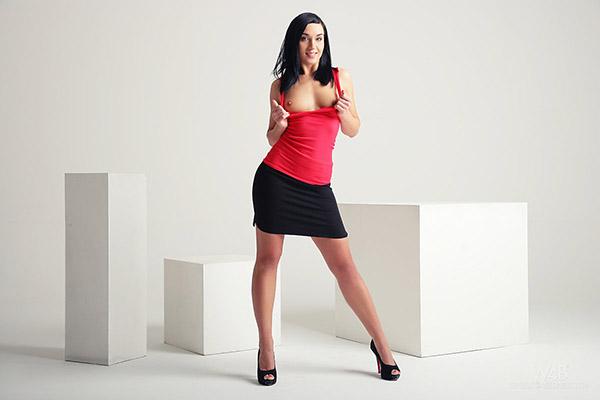 Русая порноактрисса в лабутенах выставляет на всеобщее обозрение розовую пизду в студии