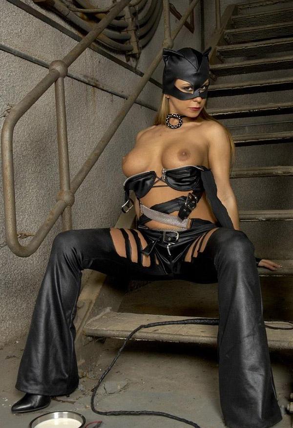 Женщина-кошка в подвале снимает кожаный наряд