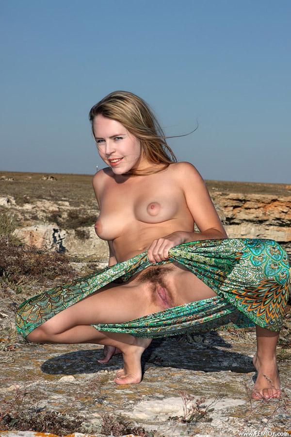 Великолепная телочка показала волосатую письку у моря
