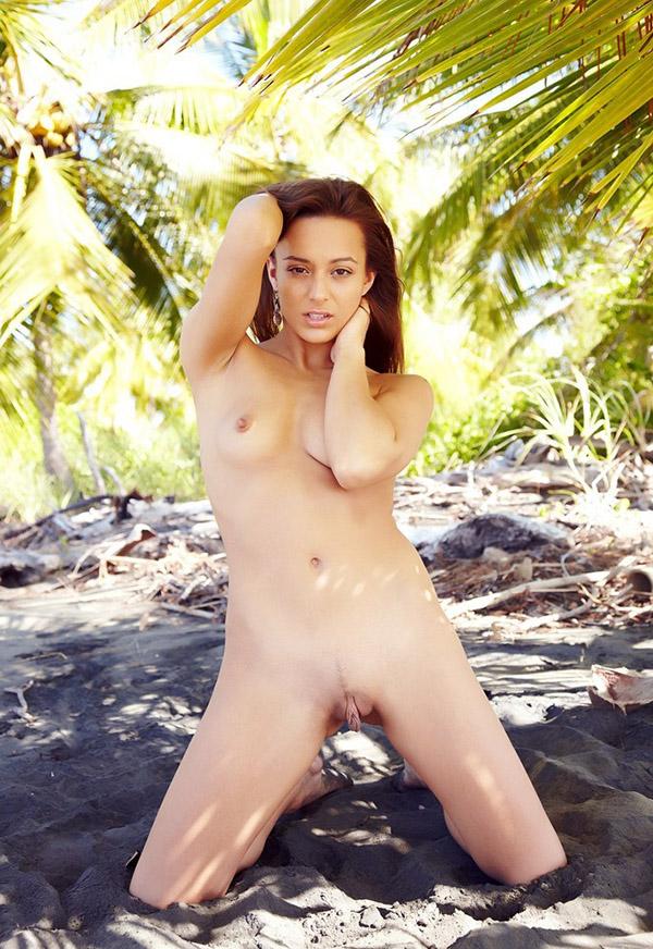 Доминика на острове показала громадные половые губы