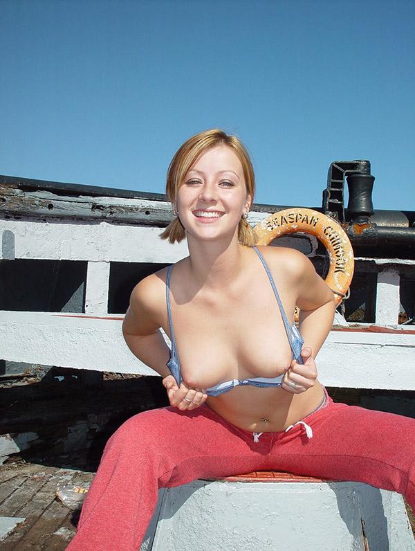 Сидя на корабле соблазнительная сучка хвастается грудью