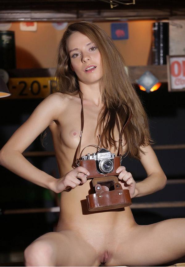 Привлекательная бестия бахвалится интимными местами в уютном гараже секс фото