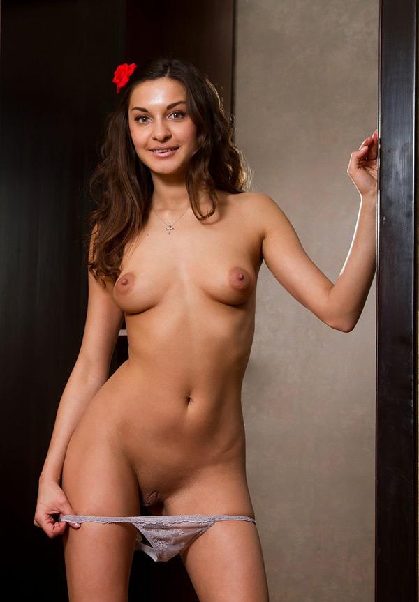 Стройняшка снимает бикини входя в комнату
