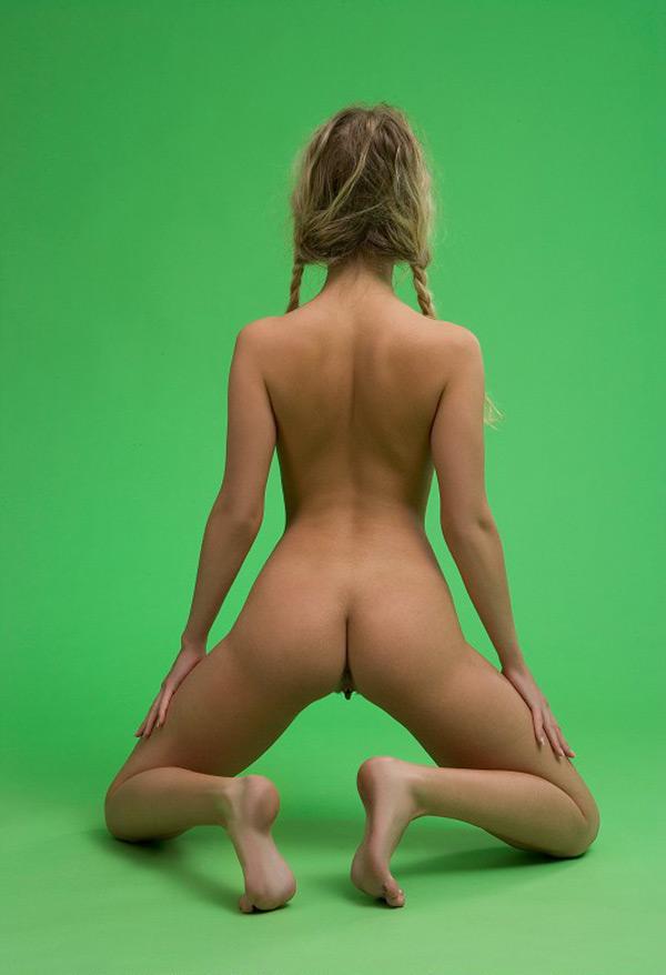 Чика с косичками без лифчика снимается на хромакее