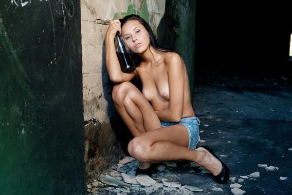 Пьяная модель оголилась в подворотне секс фото