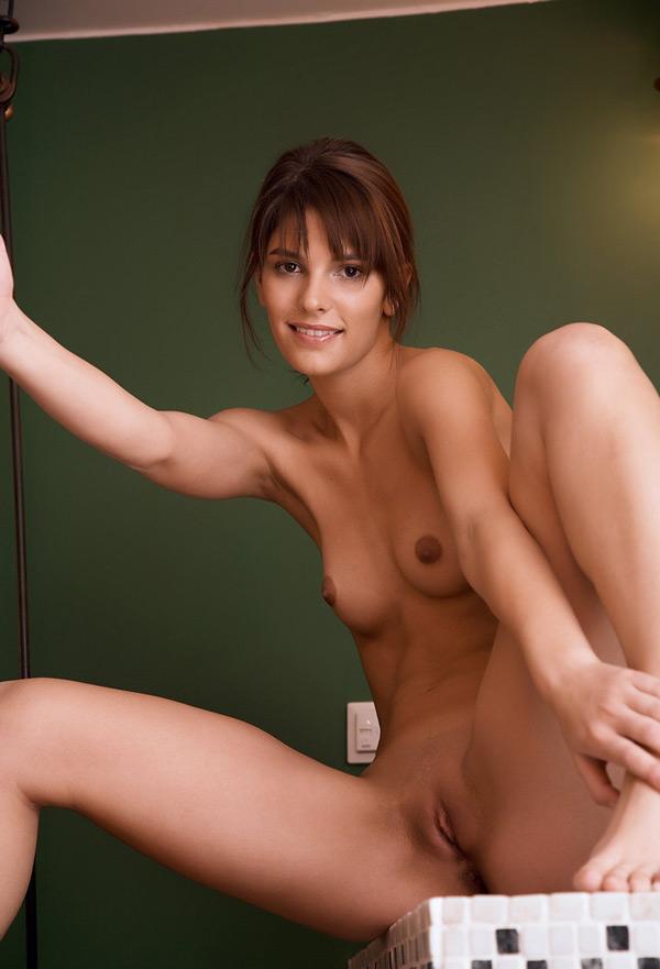 Давалка светит побритой пиздой в помывочной секс фото
