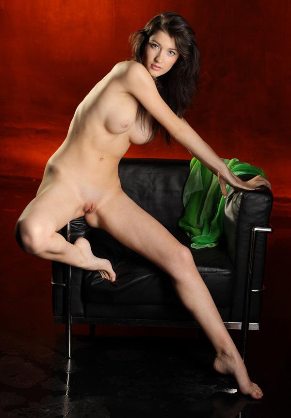 Сидя в тёмном кресле милаха стащила с себя зеленое парео