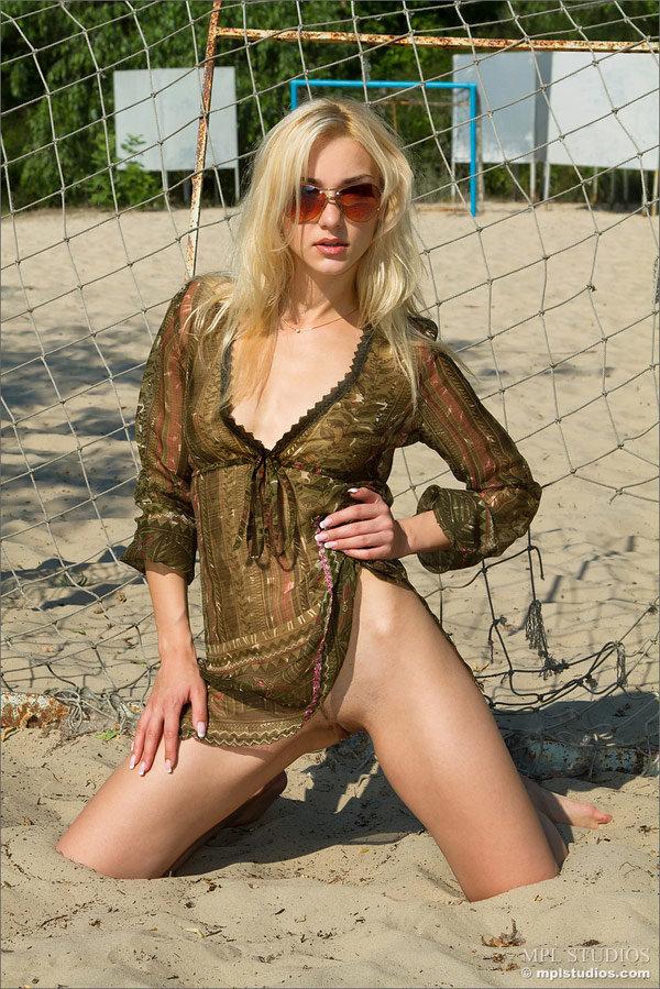 Гламурная Блондинка Стоит Полностью Голая У Ворот На Пляже Порно И Секс Фото С Порно И Секс Звездами