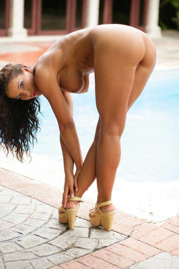 Шикарная девка с загаром обнажилась недалеко от бассейна