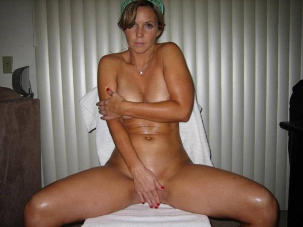 40-Ка летняя женщина намазалась маслом в чужом доме