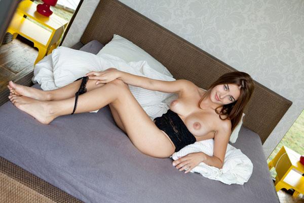 Фея отдыхает в спальне после прогулки