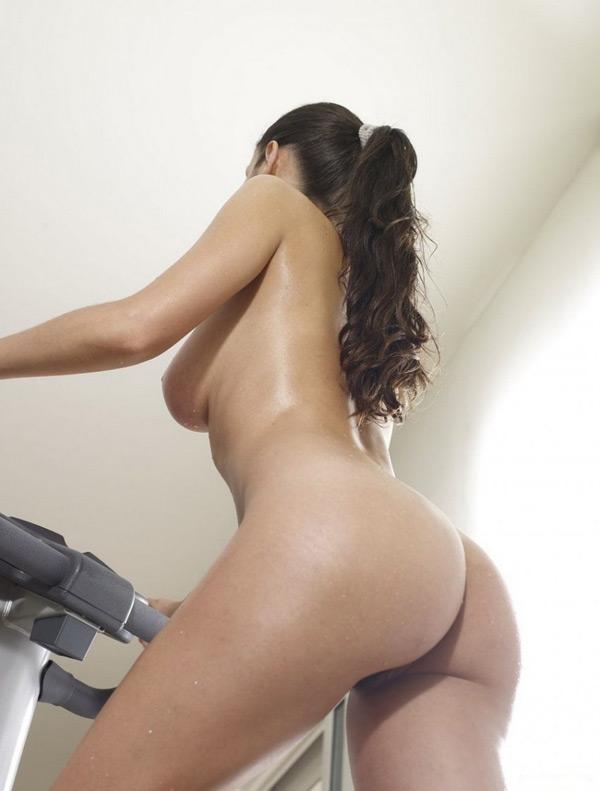 Спортивная давалка с роскошным туловищем тренируется