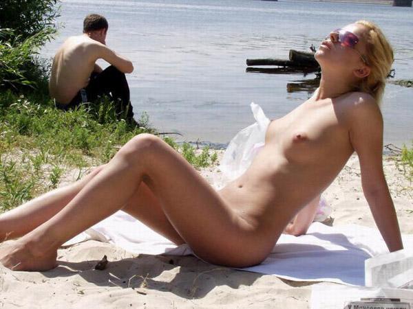Скромный нудистский пляж возле реки
