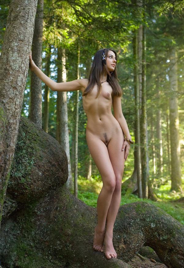 Наслаждается единением с нетронутой красотой природы