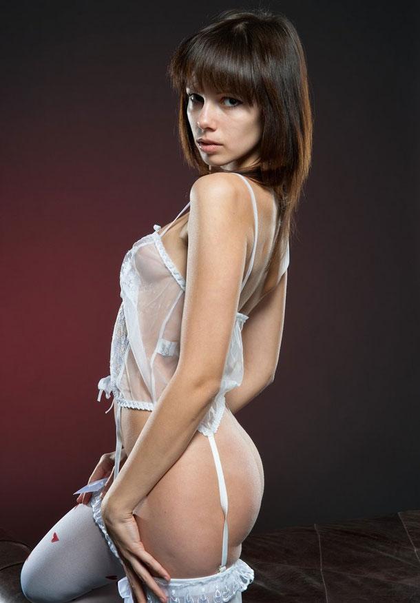 Нимфа в белых гетрах с красными сердечками секс фото