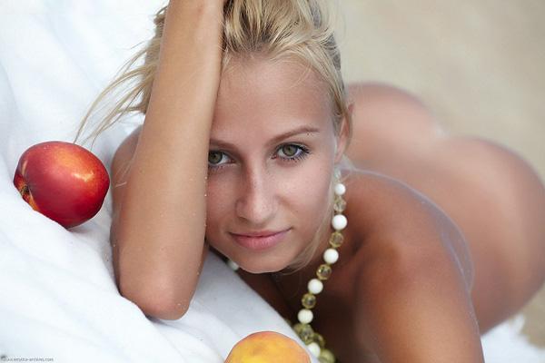 Пикник с яблоками на песчаном песке