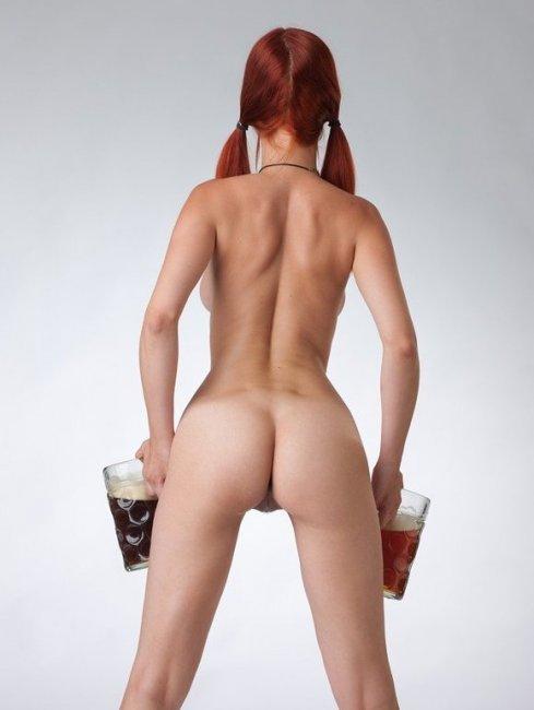 Обнаженная рыжая официантка с пивом в стеклянных бокалах секс фото