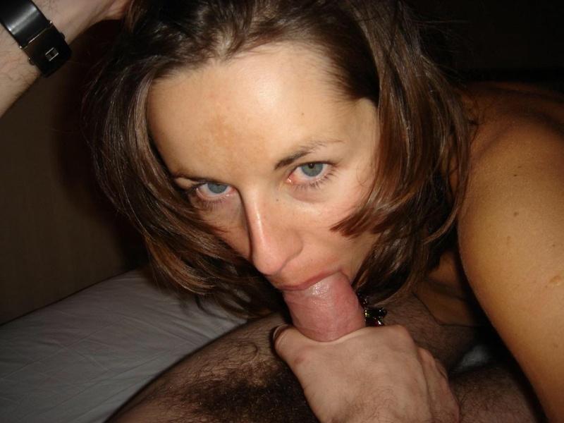 Пихает дилдо себе в аналальное отверстие секс фото