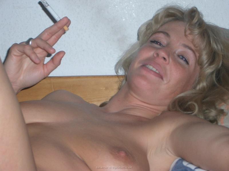 Умелая блондинка курит и дает в попку