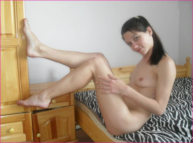 Раздрачивает руками влагалище и задницу перед приходом трахаря