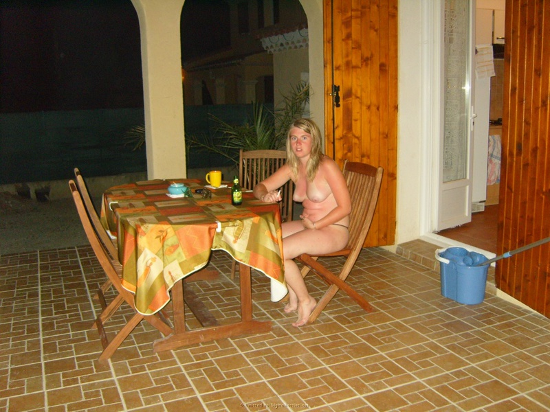 Наблюдает за поведением соседа во время секса