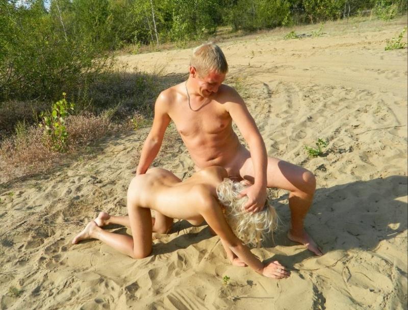Пришла на нудистский пляж с похотливым избранником