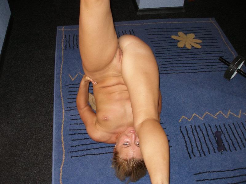 Нагая гимнастка жаждет сперму на теле секс фото