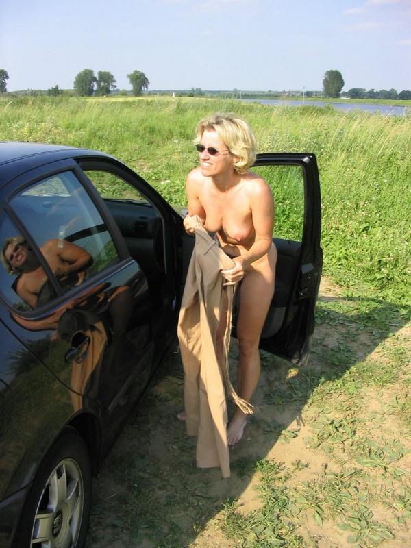 Взрослая блондинка отдалась пятерым самцам секс фото