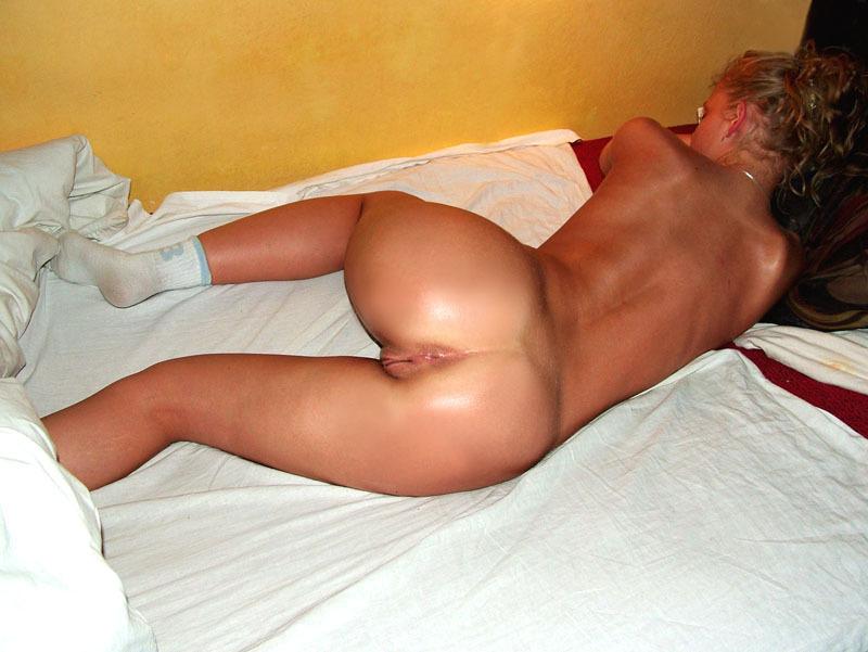 Красивая девушка хороша в постели