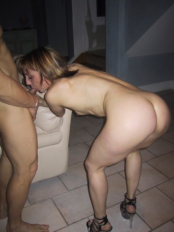 Групповой трах со взрослой дамочкой и лесбияночкой