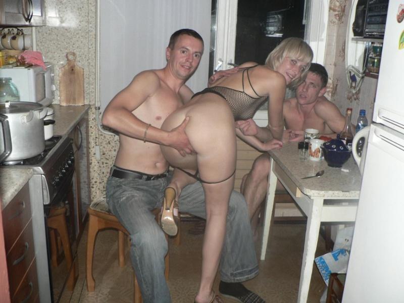 Прилюдный секс с пьяной девушкой семья ебется видео