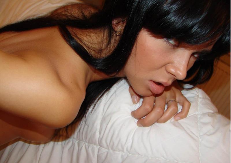 Совершеннолетняя красоточка облизывает и трахается секс фото
