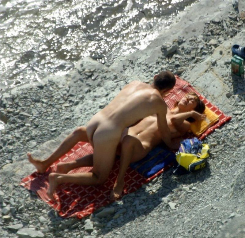 Секс на песке не стесняясь постаронних