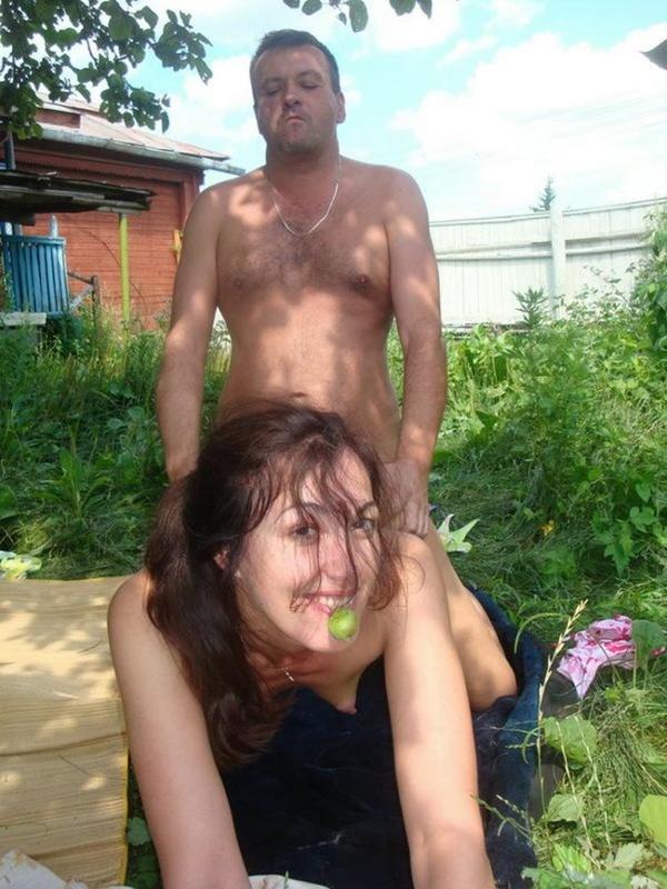 Трахнул жену и соседку на дачном участке