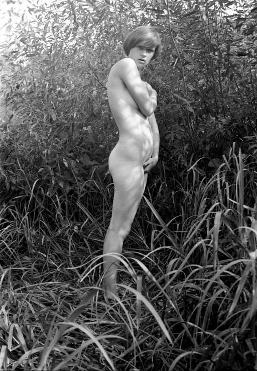Черно-белые порно фото с красивой молодой девушкой