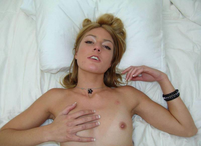 Блондинка с глубоким горлом делает качественный минет